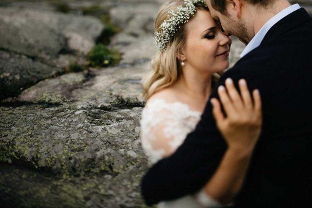 Hochzeitspaar in Helsinki umarmt sich