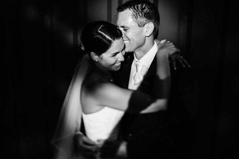 Hochzeitspaar umarmt sich und lacht gemeinsam auf dem Gut Valenbrook bei Cuxhaven