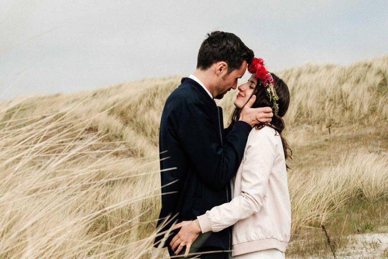 Hochzeit am Strand von St. Peter Ording und das Hochzeitspaar küsst sich in den Dünen