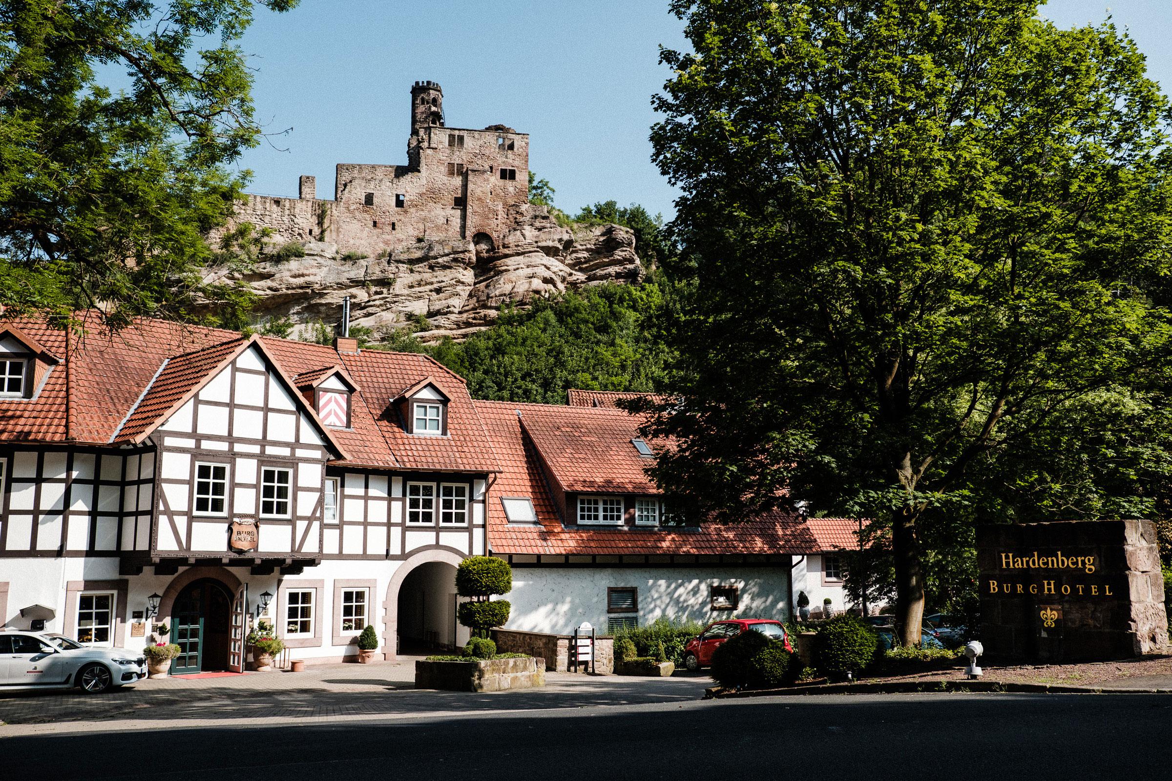 Das Burghotel Hardenberg und im Hintergrund die Burgruine Hardenberg