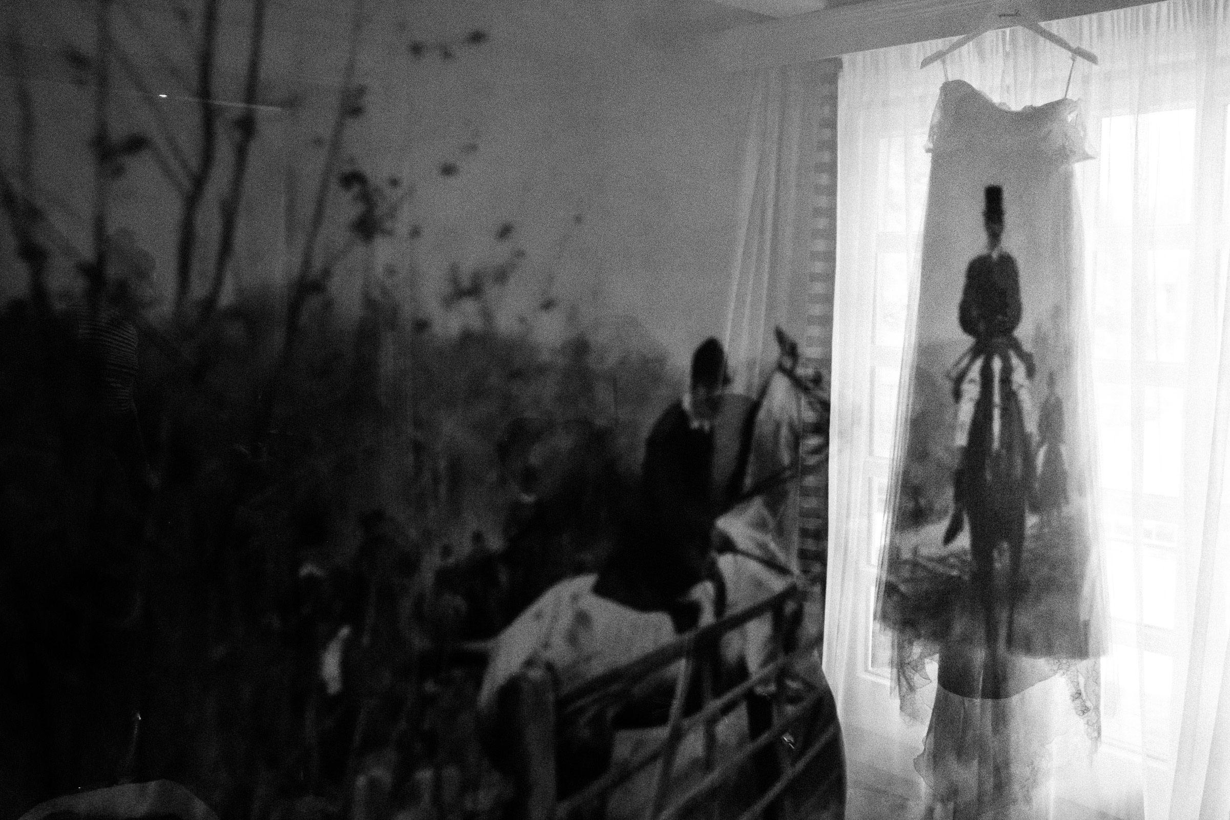 Hochzeitskleid hängt im Fenster des Burghotels Hardenberg
