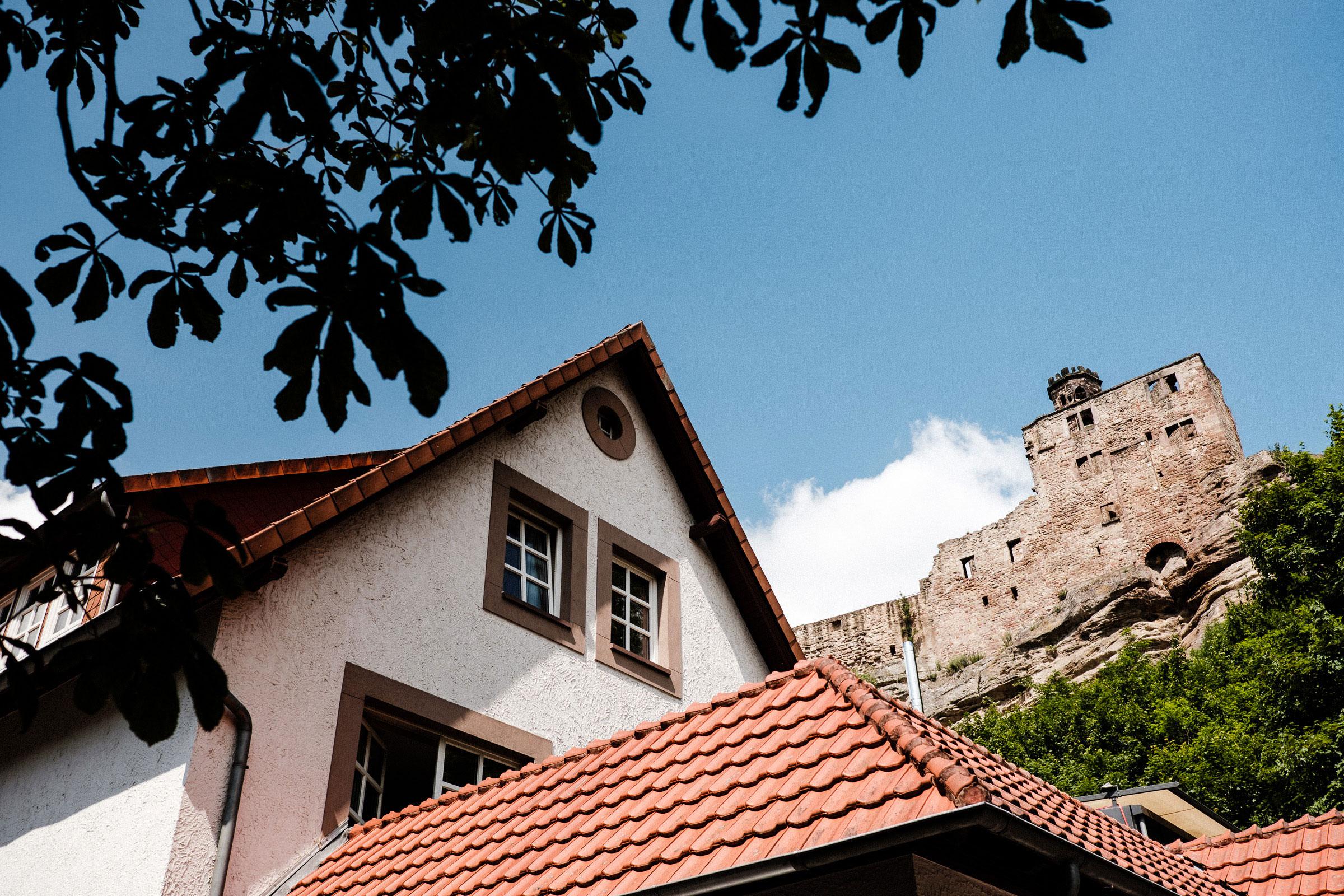 Die Burgruine Hardenberg erstreckt sich oberhalb des Hotels