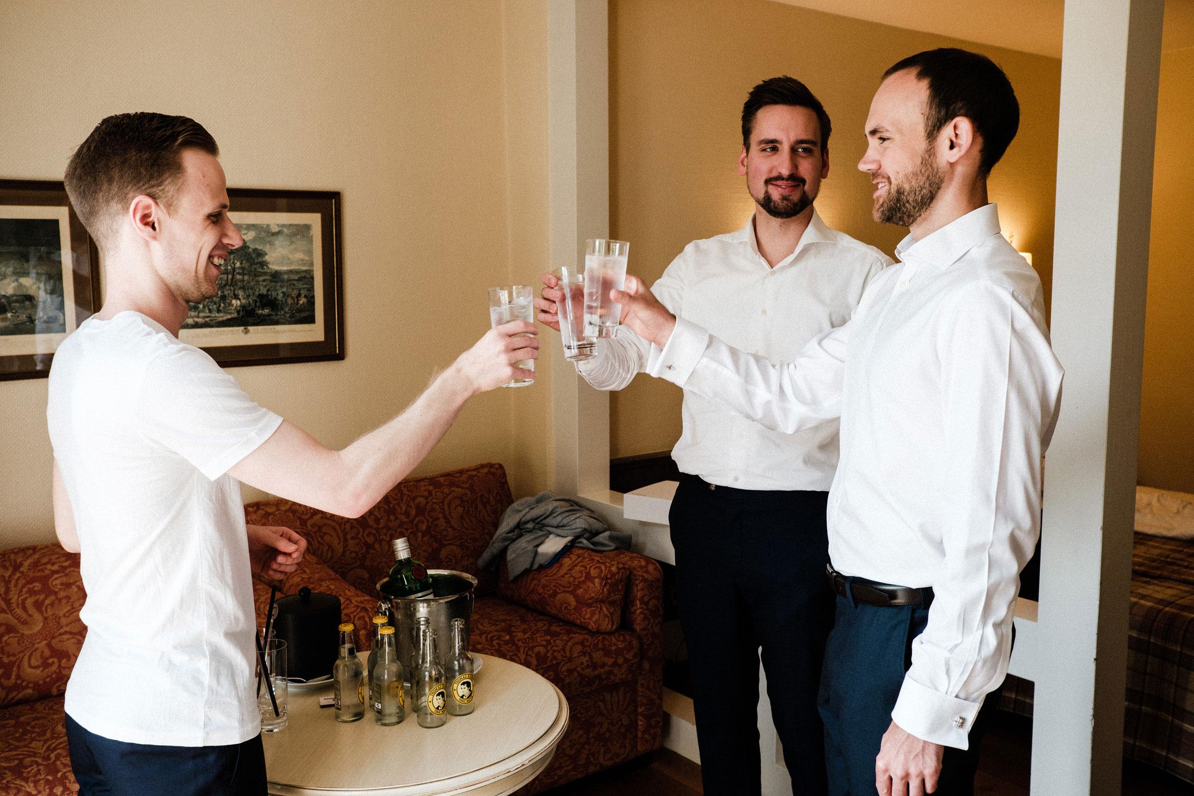 Bräutigam und seine Trauzeugen trinken Gin Tonic