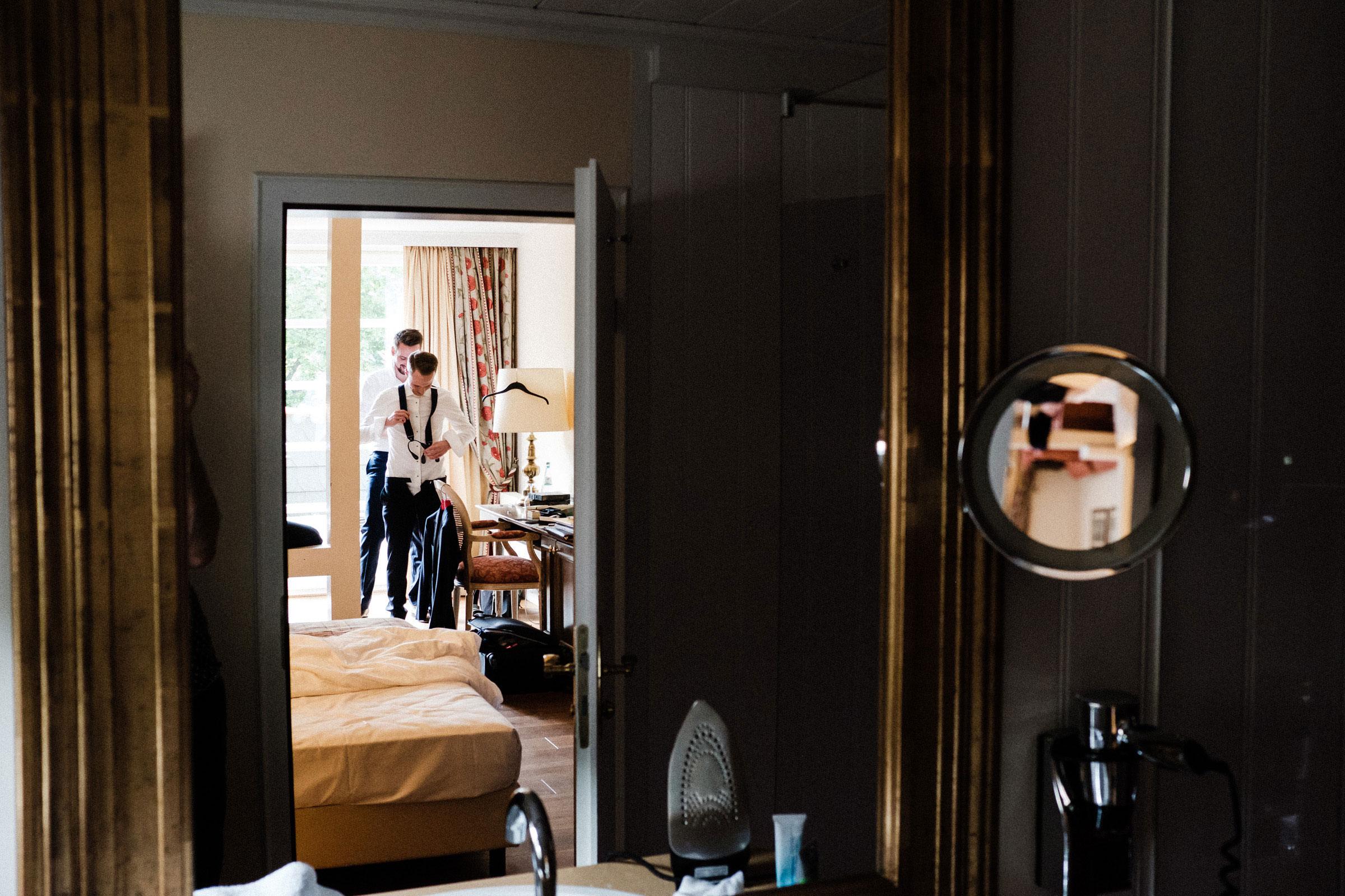 Vorbereitungen des Bräutigams im Burghotel Hardenberg
