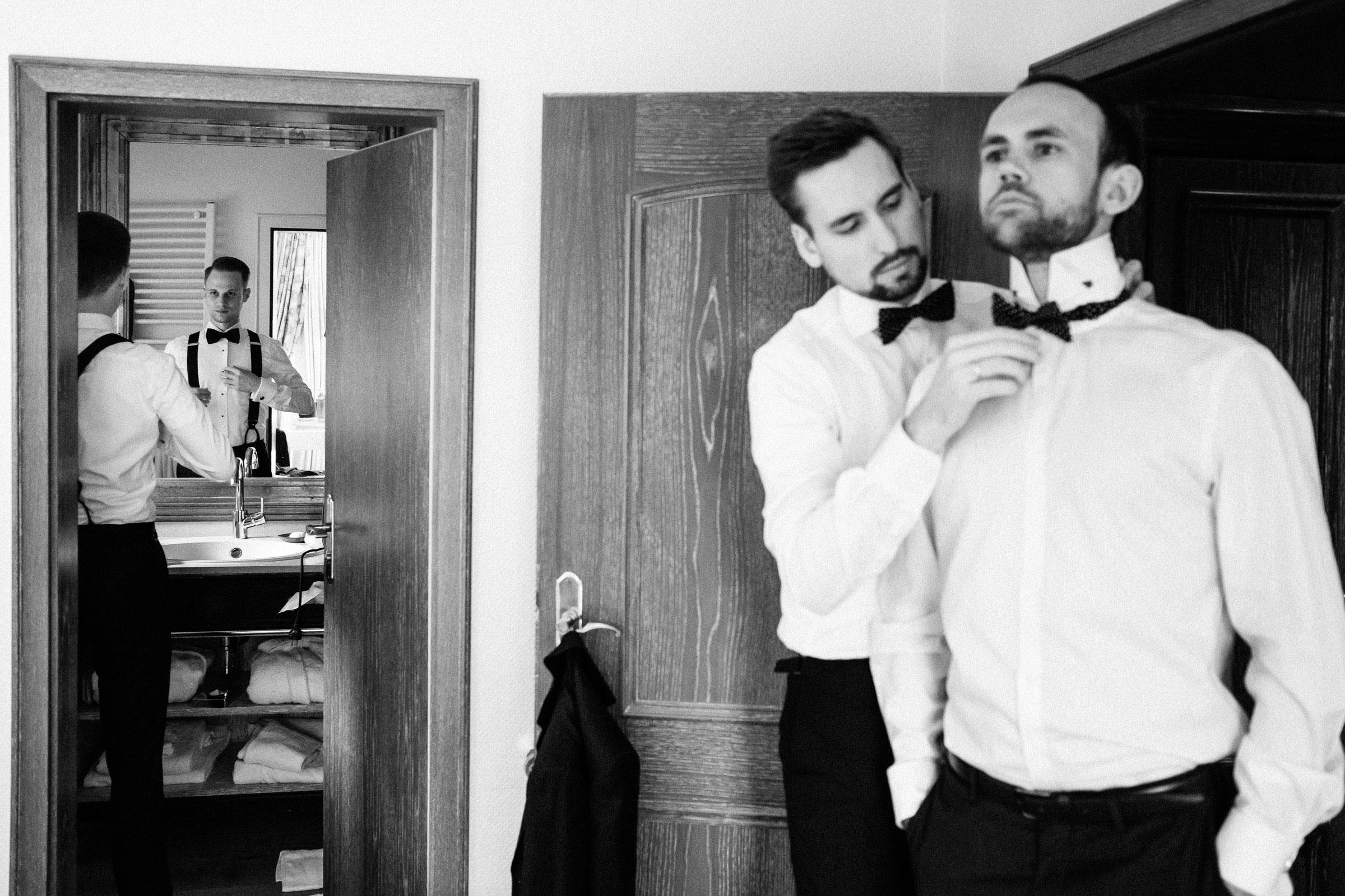 Bräutigam und seine Trauzeugen bei den Vorbereitungen der Hochzeit