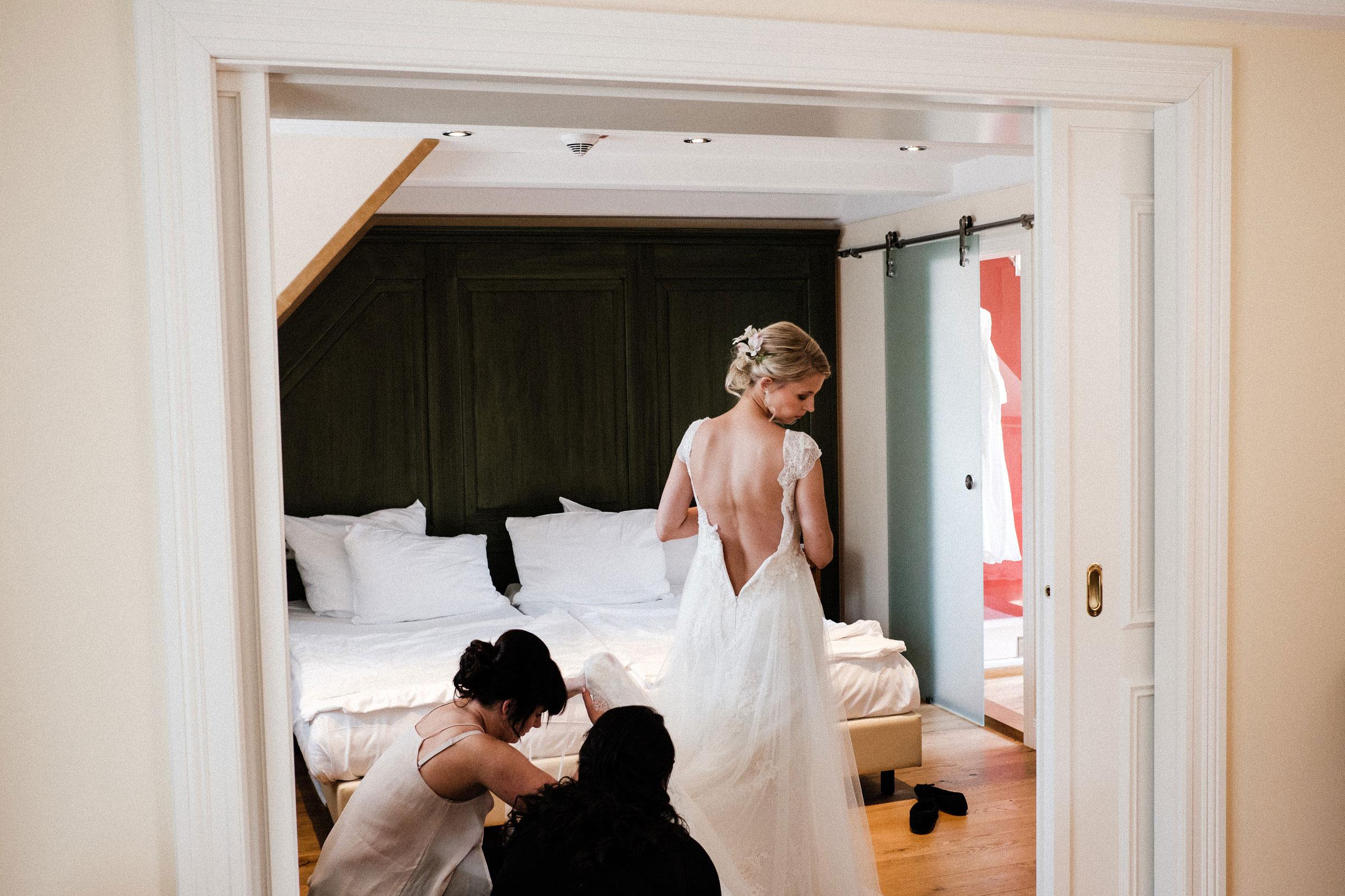 Braut zieht sich das Brautkleid im Burghotel Hardenberg an