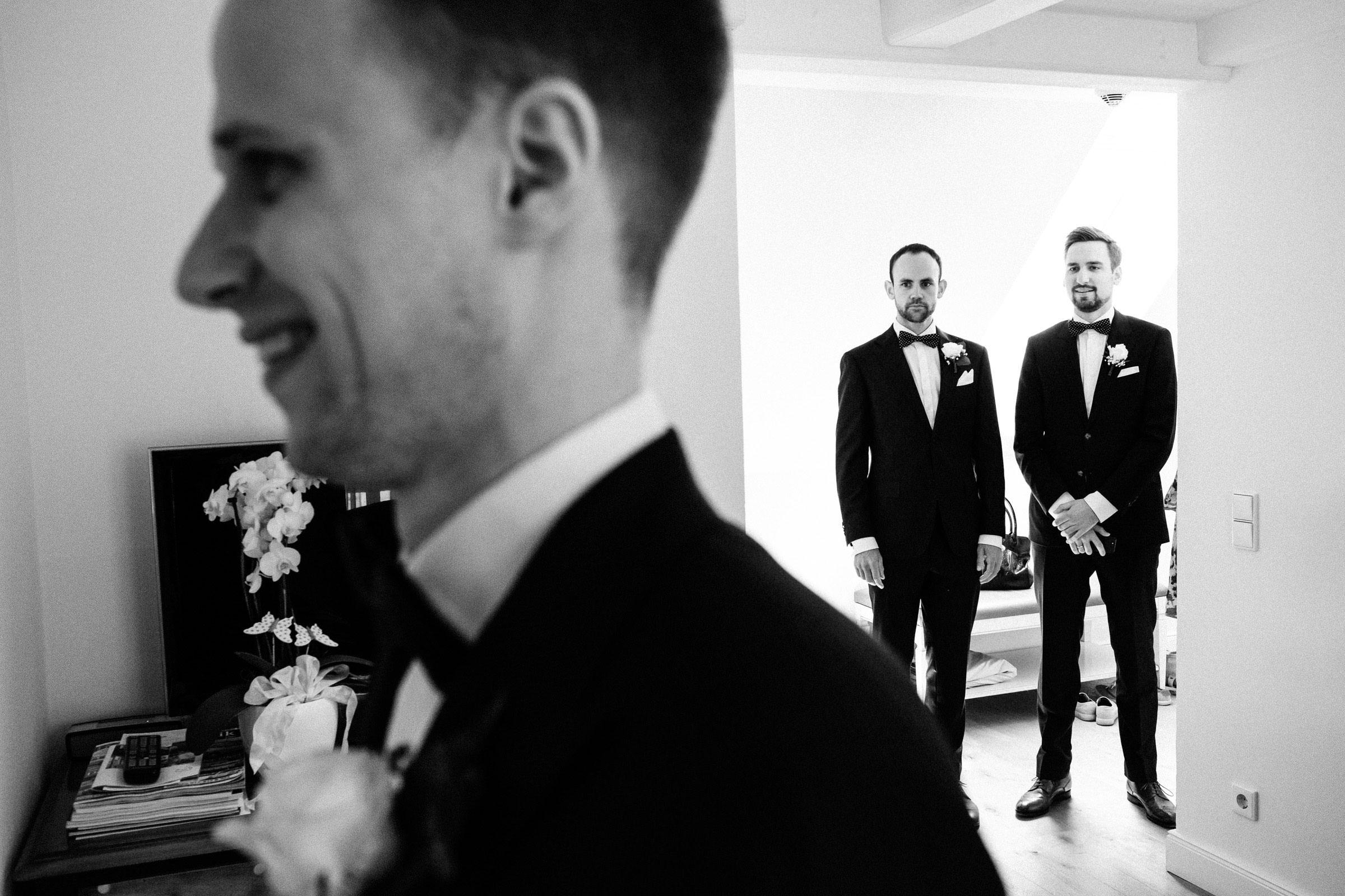 Braut und Bräutigam im Hotelzimmer des Burghotels Hardenberg