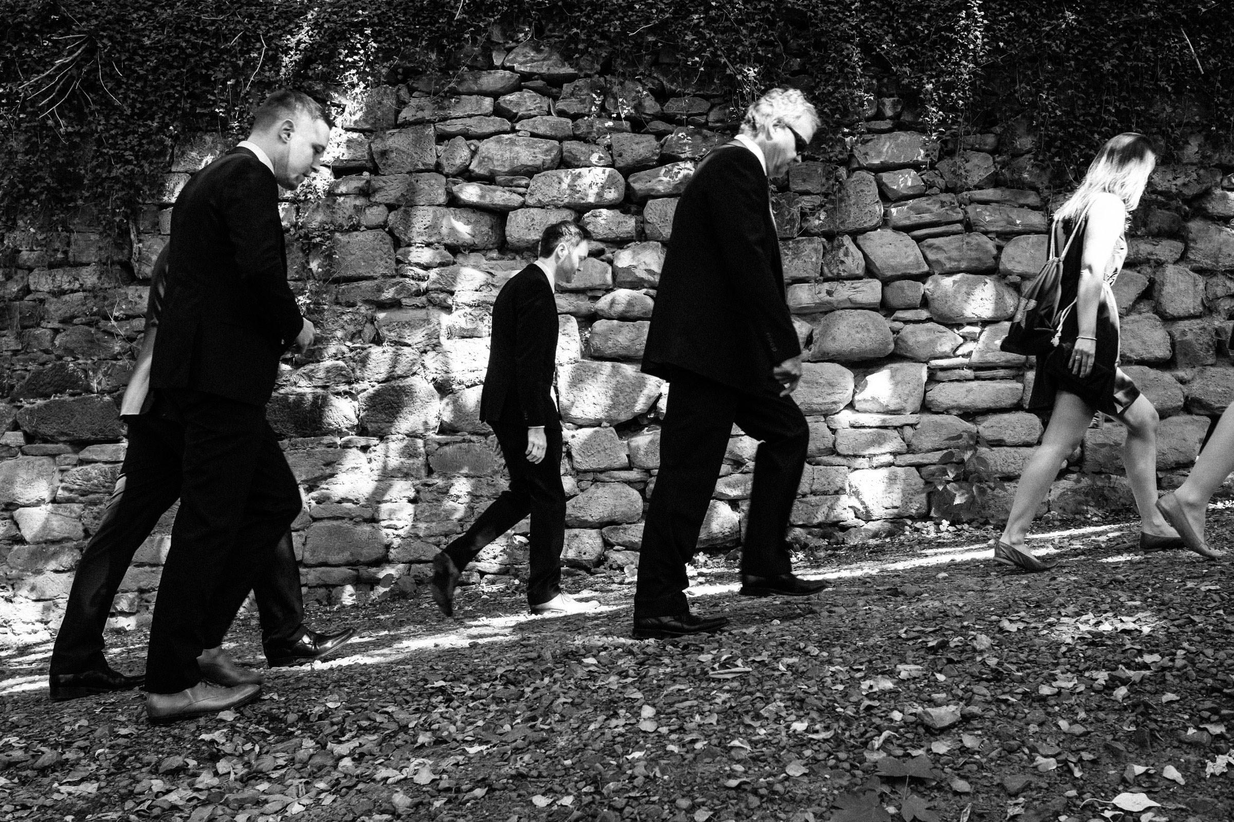 Hochzeitsgäste laufen hoch zur Burgruine Hardenberg