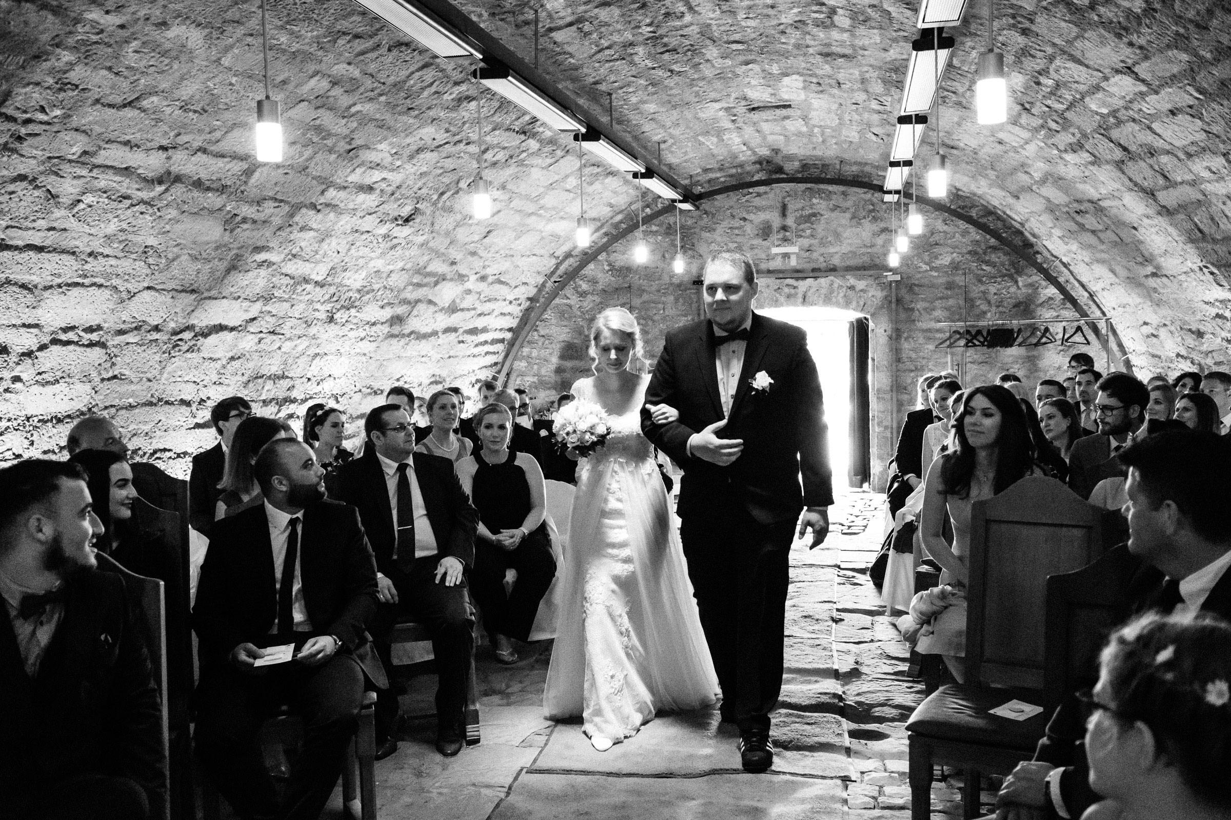 Braut wird von ihrem Bruder geführt