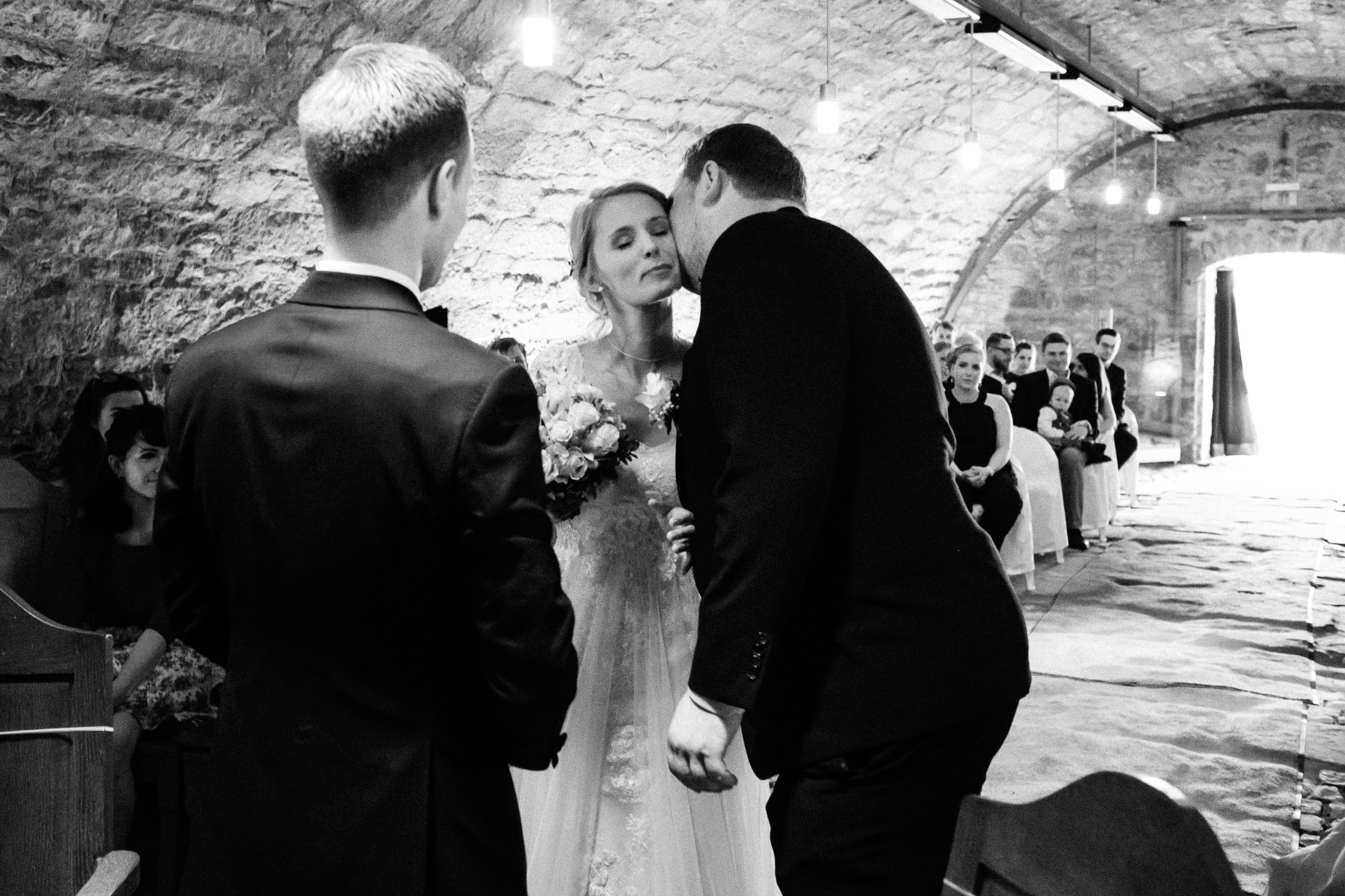 Braut und Bräutigam sehen sich vor dem Altar in der Burgruine