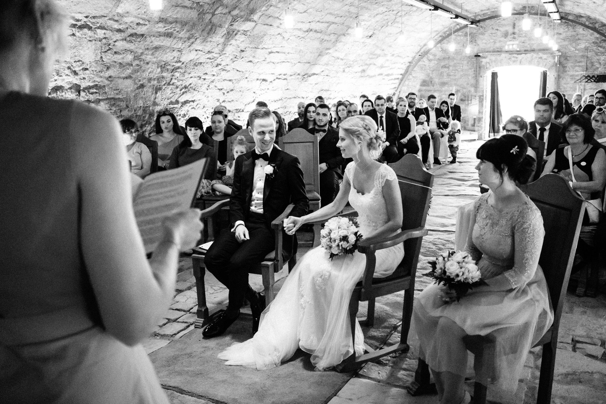 Braut und Bräutigam bei der freien Trauung in der Burgruine Hardenberg