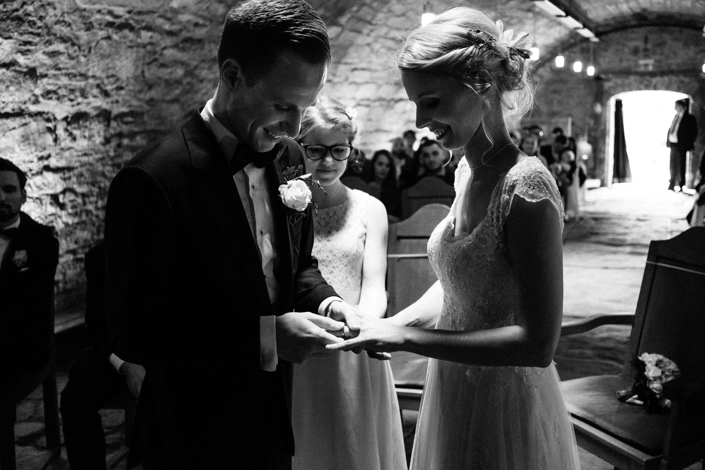 Ringwechsel auf der Hochzeit in der Burgruine