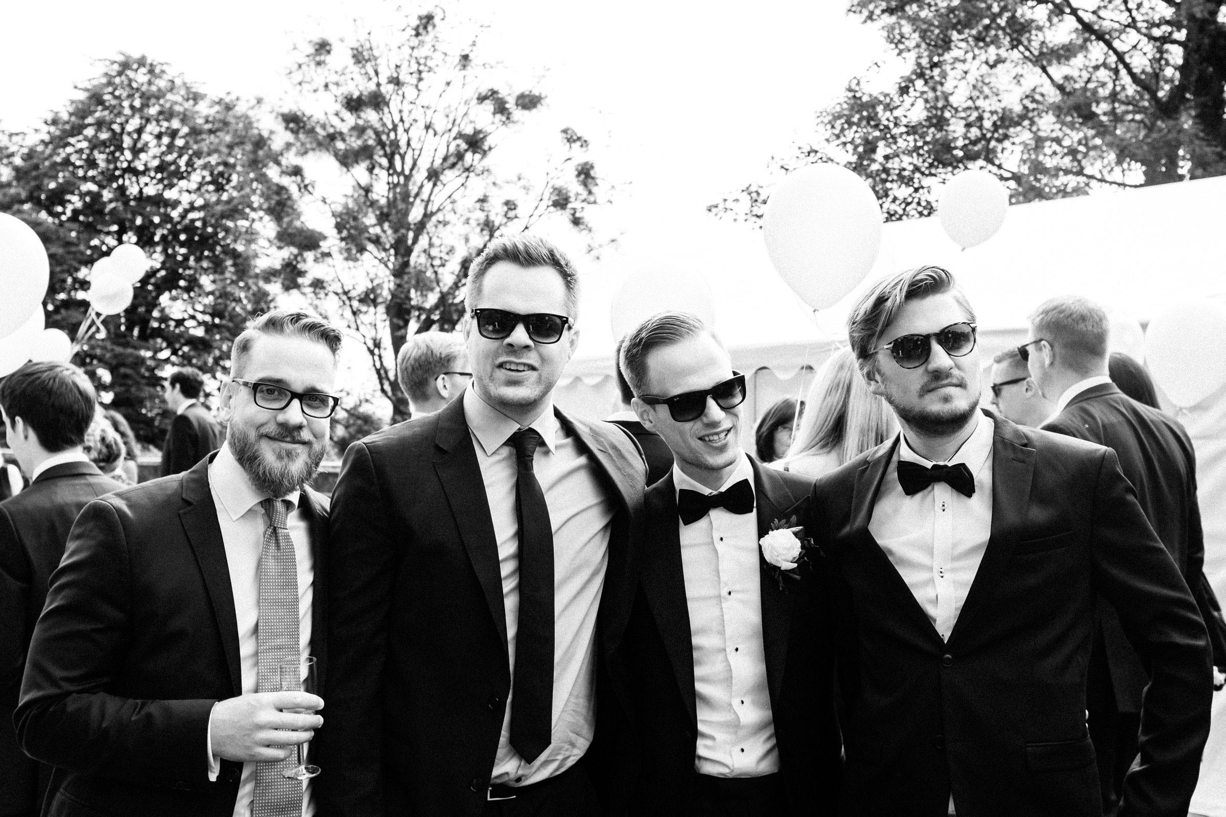 Bräutigam mit Hochzeitsgästen