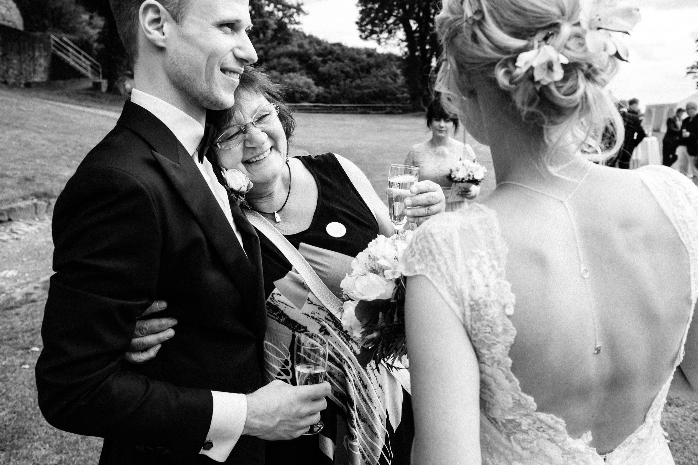 Umarmungen bei der Hochzeit in Hardenberg