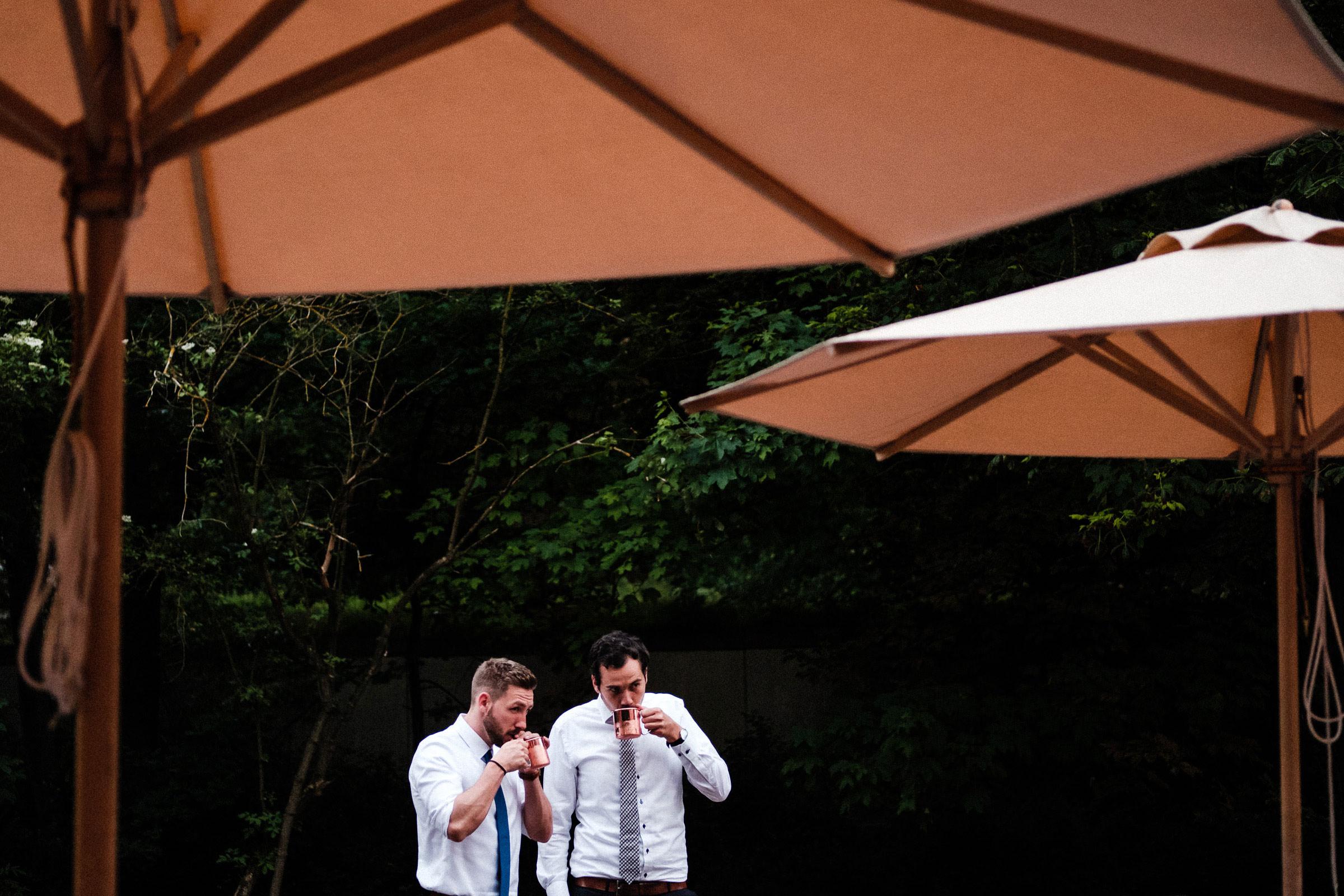 Hochzeitsgäste trinken Moscow Mule auf der Hochzeit in Hardenberg