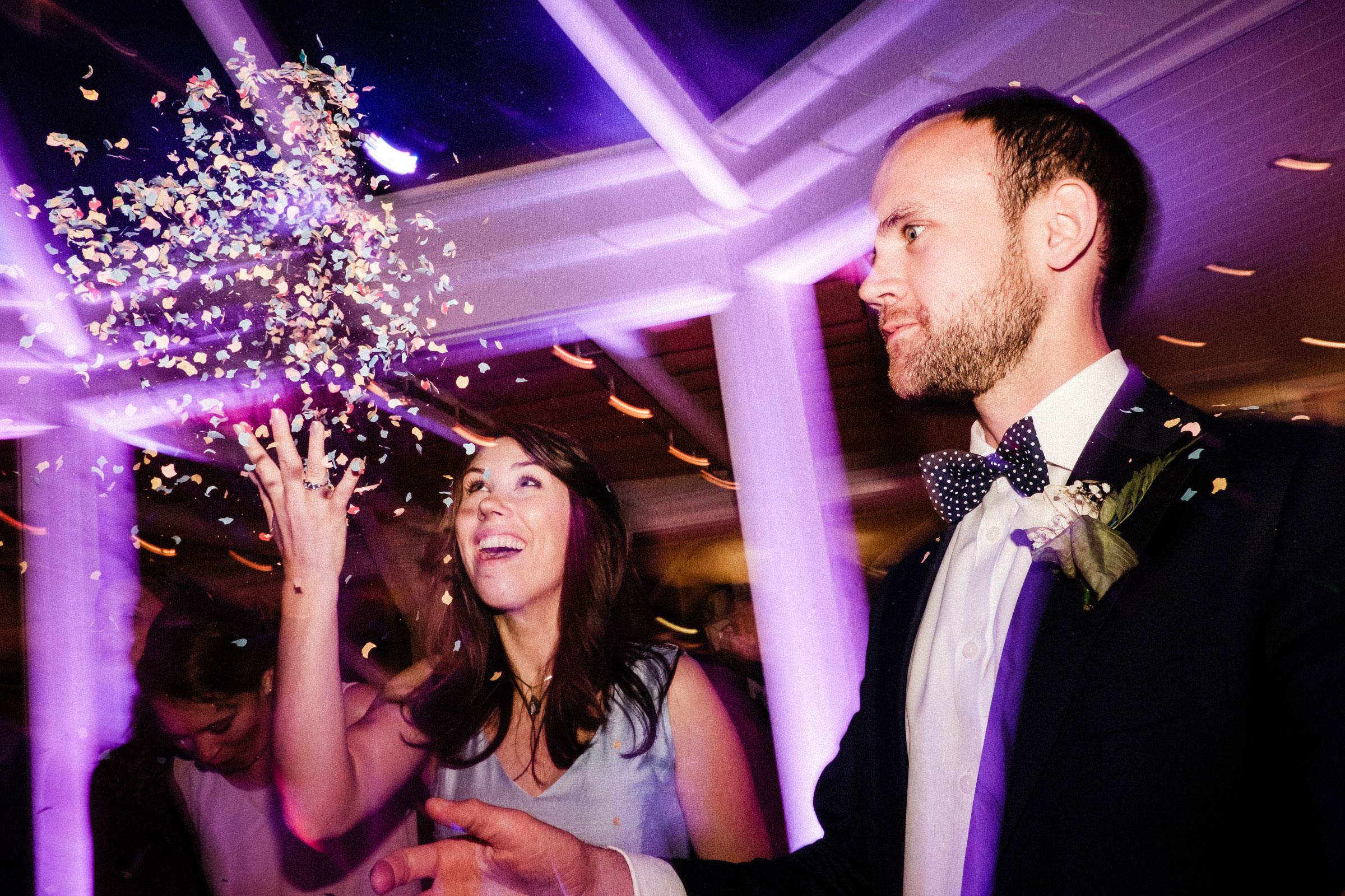 Hochzeitsparty mit Konfetti