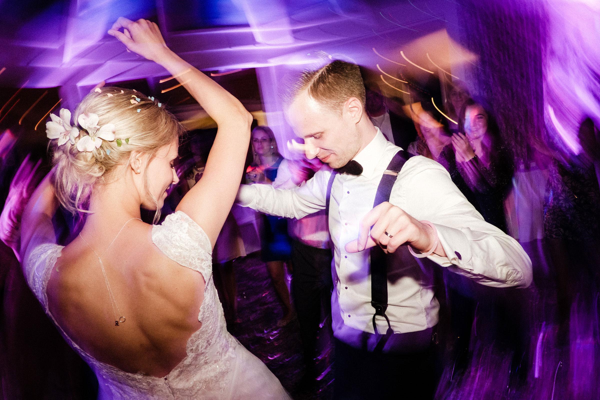 Hochzeitspaar tanzt auf der Party